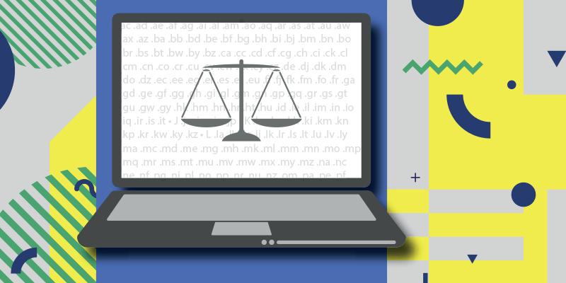 Ordinateur portable avec une balance juridique sur le document ouvert